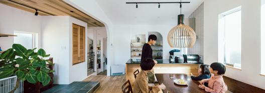 """リビングを中心に、家族が一つに。自然素材に囲まれた""""心地よい家"""""""